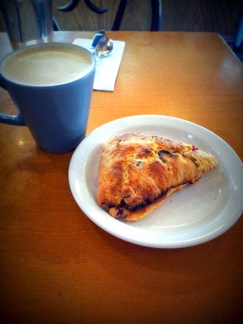 Tomando café en Aubergine Cafe, Queens