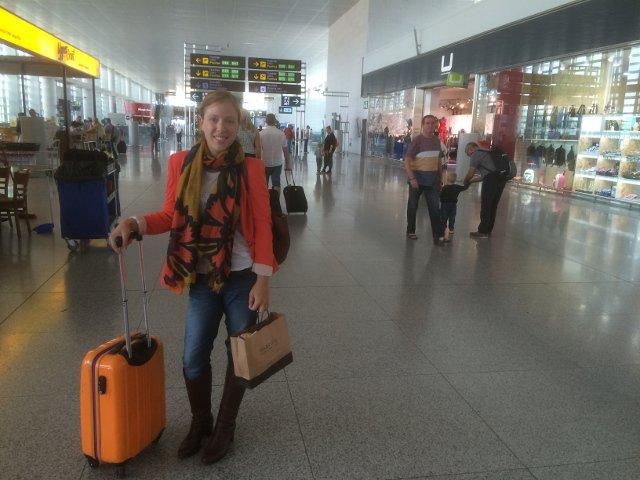Abby en el aeropuerto destino Nueva York en primavera