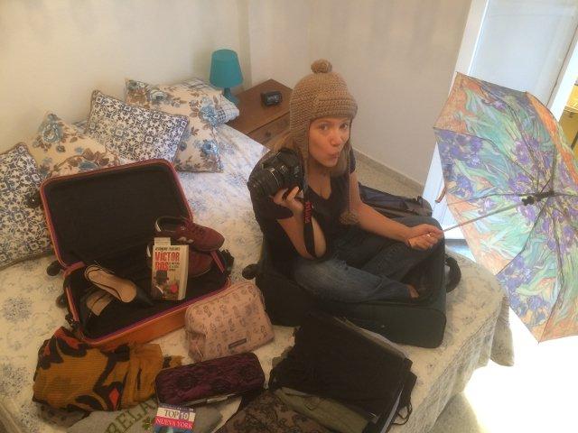 Abby haciendo la maleta para Nueva York en primavera