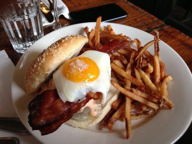 Una hamburguesa del Roebling Tea Room en Nueva York