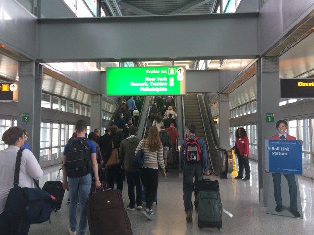 13 Seguir los carteles para New York en el Rail Link Aeropuerto de Newark