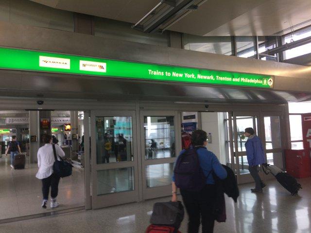 14 Seguir los carteles para New York en el Rail Link Aeropuerto de Newark