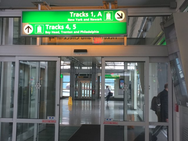 17 Carteles para las vias Rail Link Aeropuerto de Newark