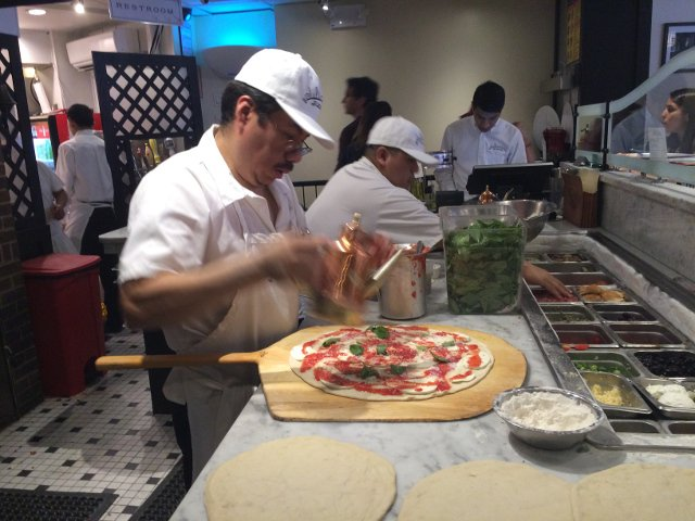 Haciendo las pizzas en Juliana's Pizza Brooklyn