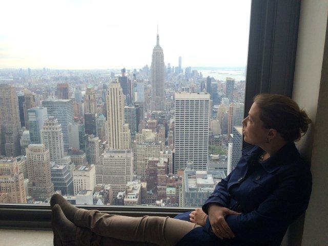 Abby contemplando las vistas desde el Top of the Rock