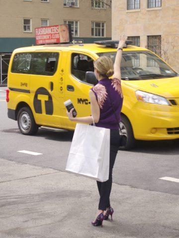 Mujer pillando un taxi en Manhattan