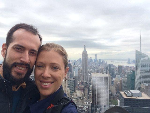 Pedro y Abby en Top of the Rock