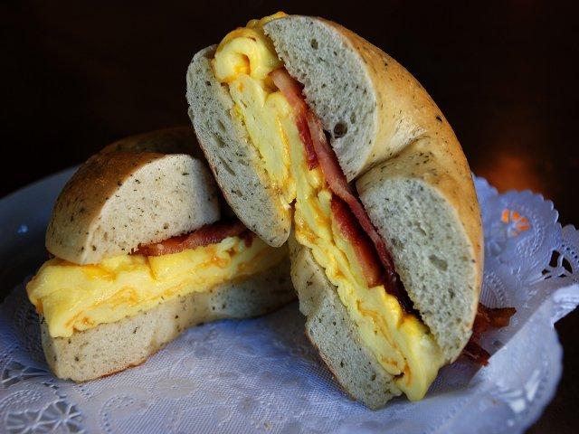 Un consejo para ahorrar dinero en Nueva York es tomar el desayuno en un deli