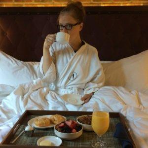 Abby desayunando en el Hotel Archer Nueva York