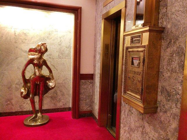 Buzón en el lobby del Hotel Roger Smith Nueva York