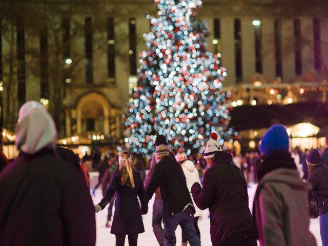 02 Patinar sobre el hielo en Bryant Park es otra idea para el día de navidad en Nueva York