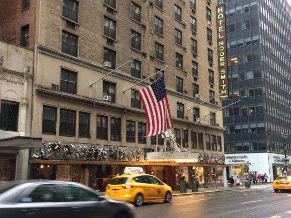 Edificio de entrada al Hotel Roger Smith Nueva York