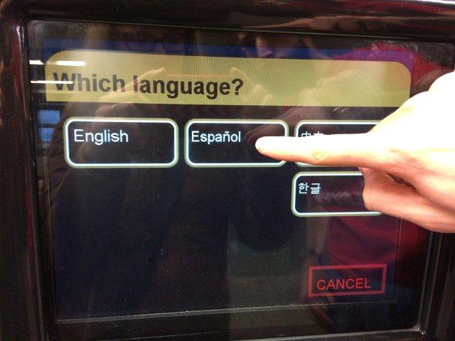 Eligiendo el idioma al comprar la metrocard