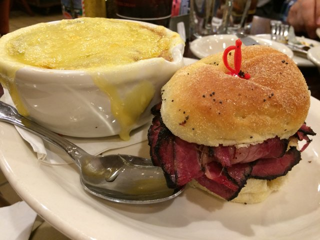 Sándwich de pastrami en el restaurante Junior's Brooklyn en Nueva York