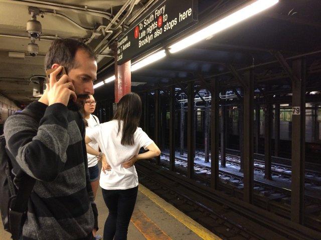 Pedro esperando el Metro en Nueva York