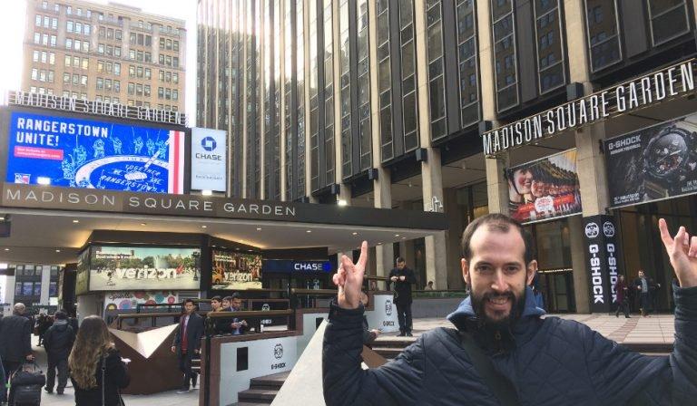 Pedro en la entrada del Madison Square Garden