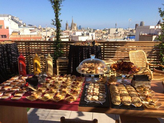 Los aperitivos con el skyline de Barcelona de fondo durante el Evento Pop-up del 4 de julio de Auténtico Nueva York