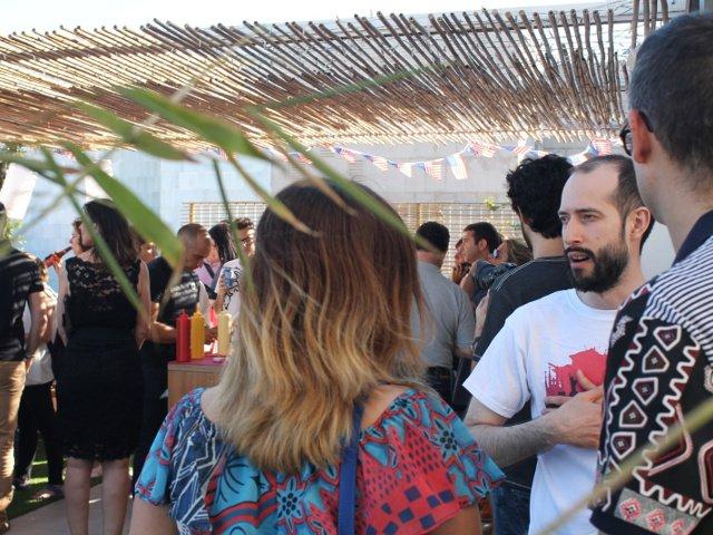 Pedro hablando con la gente durante el Evento Pop-up del 4 de julio de Auténtico Nueva York