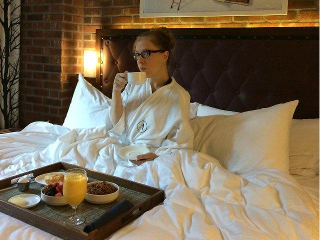 Desayunando en la cama del Archer Hotel durante nuestro babymoon