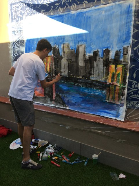 El artista Le Frere pintando en directo durante el Evento Pop-up del 4 de julio de Auténtico Nueva York