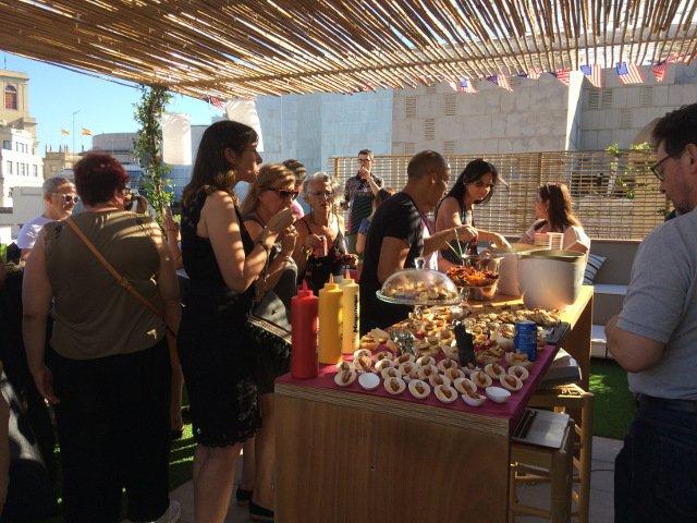 La gente disfrutando de la comida durante el Evento Pop-up del 4 de julio de Auténtico Nueva York