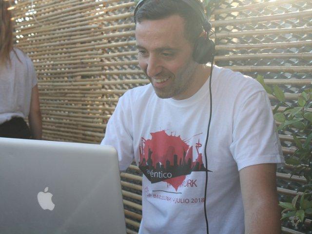 DJ Hope pinchando en directo durante el Evento Pop-up del 4 de julio de Auténtico Nueva York