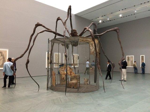Disfrutando de una exposición de Louise Bourgeois en el MoMA