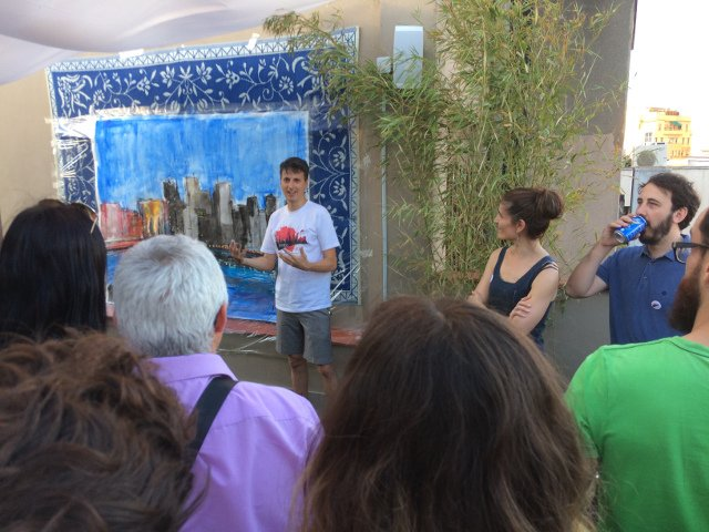 Le Frere explicando su obra durante el Evento Pop-up del 4 de julio de Auténtico Nueva York