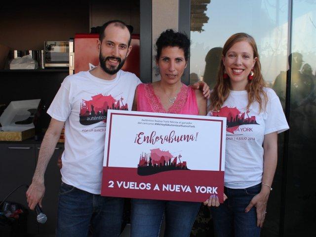 Pedro y Abby con la ganadora de los 2 vuelos durante el Evento Pop-up del 4 de julio de Auténtico Nueva York