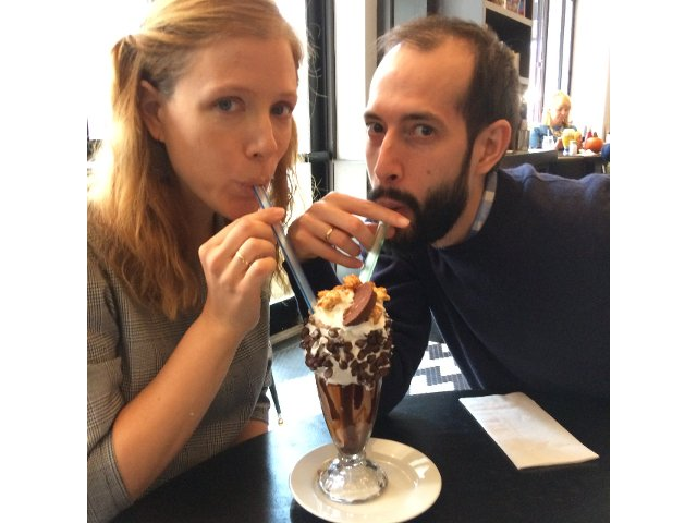 Abby y Pedro tomando batido en Mom's Kitchen and Bar en Nueva York