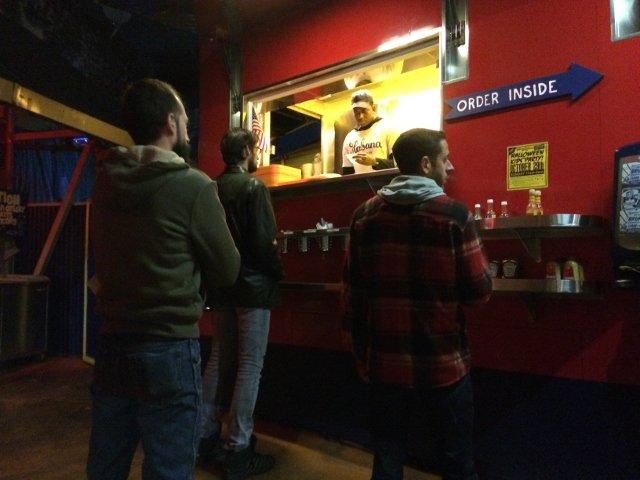 Recogiendo la comida en Habana Outpost en Nueva York