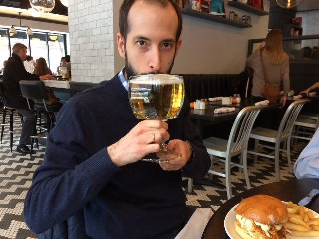 Pedro tomando cerveza en Mom's Kitchen and Bar en Nueva York