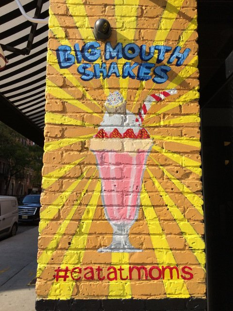 Mural exterior en Mom's Kitchen and Bar en Nueva York