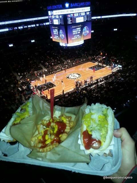 Comiendo en un partido de los Brooklyn Nets