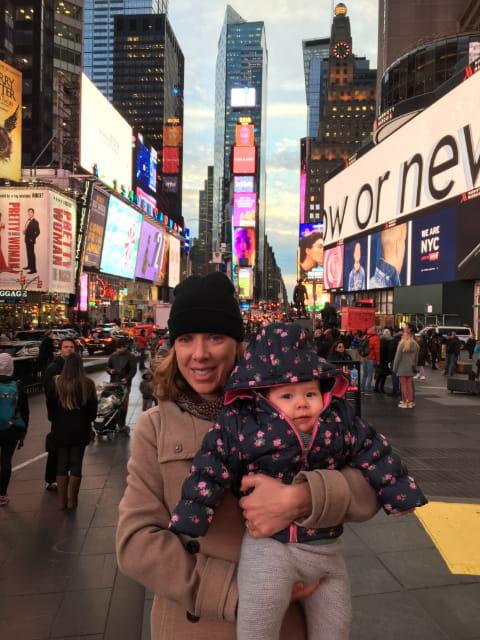 Abby y Paula en Times Square en invierno