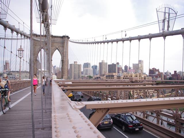 Caminando por el Puente de Brooklyn
