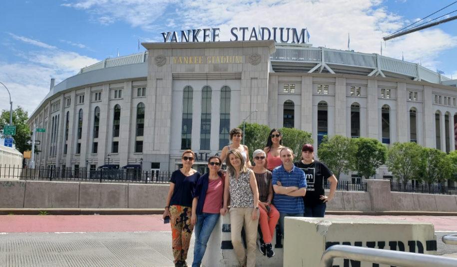 Viaje en grupo a Nueva York paseando durante el Tour de Cotnrastes