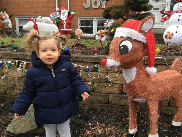 Paula disfrutando de las decoraciones de Navidad en Nueva York