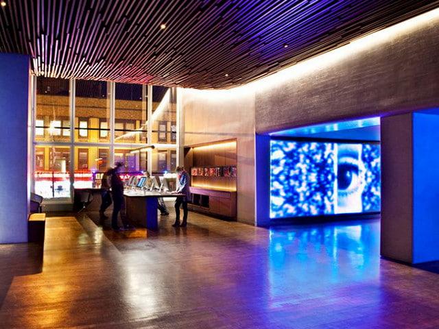 El amplio lobby del Hotel Row NYC