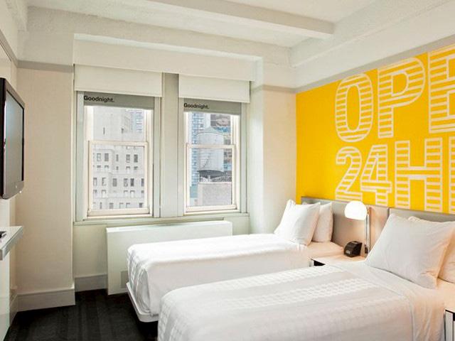 Habitación con dos camas dobles en el Hotel Row NYC