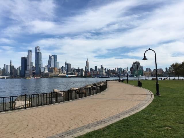 Disfrutar sentado del skyline de Nueva York aprendiendo inglés
