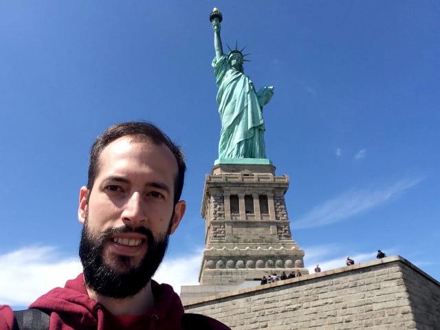 Pedro visitando la Estatua de la Libertad