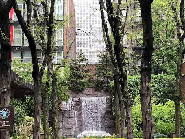 La cascada de Greenacre Park es otro de esos rincones secretos de Nueva York