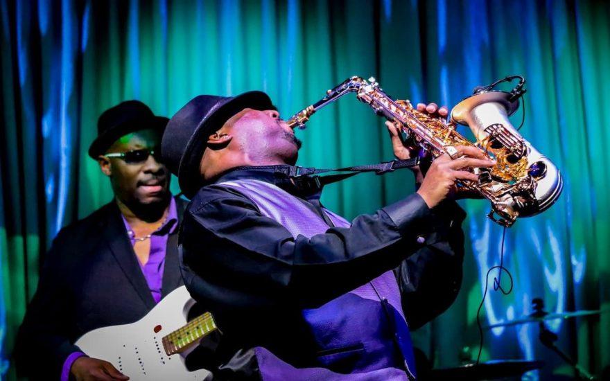 Tocando música jazz, claro ejemplo de los contrastes en la ciudad